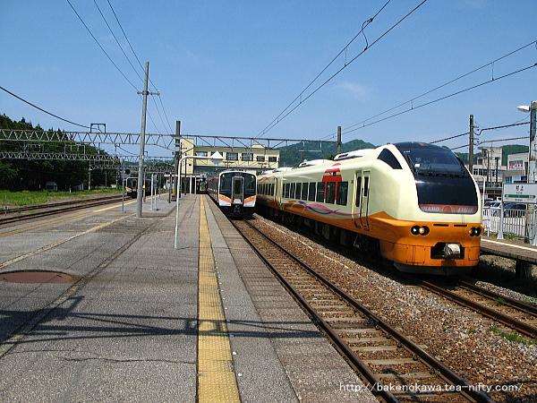 村上駅を出発するE653系電車特急「いなほ」