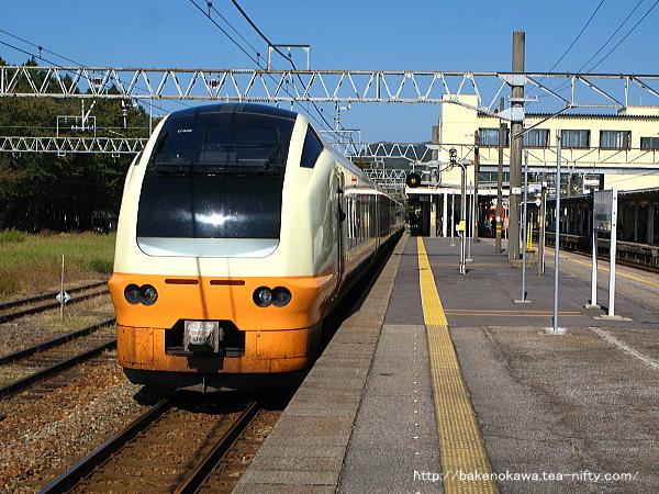 村上駅に停車中のE653系電車特急「いなほ」