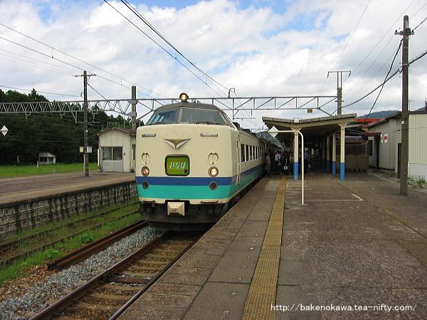 村上駅に停車中の485系電車特急「いなほ」その一