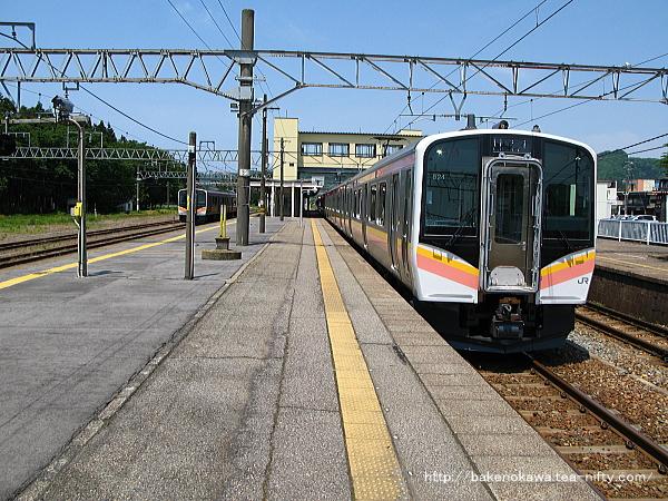 村上駅で折り返し待機中のE129系電車