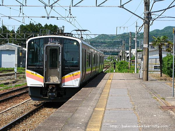 村上駅に進入するE129系電車