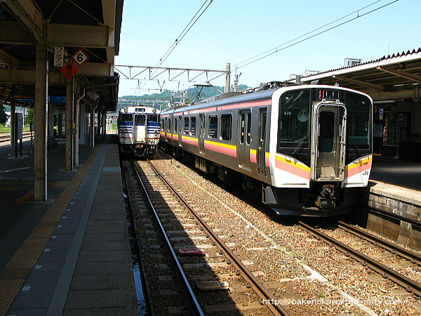 村上駅構内に停車中のE129系電車キハ40系気動車