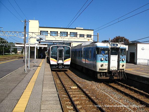 村上駅構内の115系電車とE129系電車