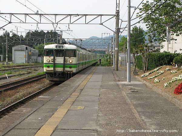 留置線から転線する115系電車