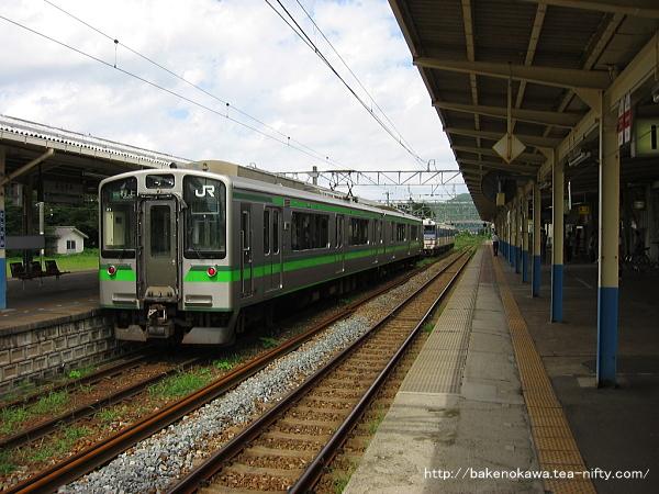 村上駅で折り返し待機中のE127系電車