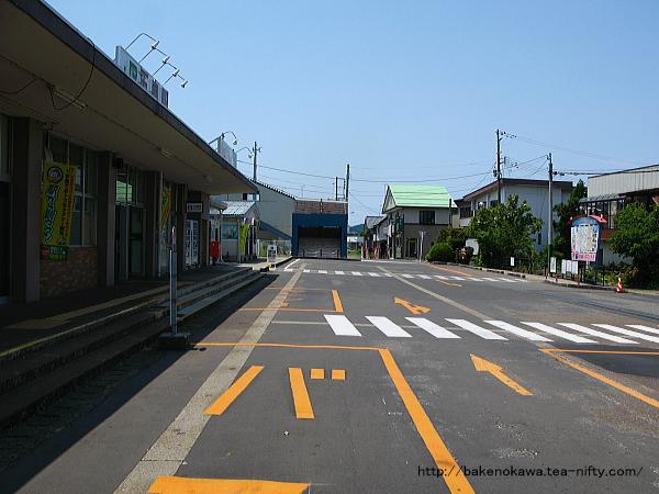 駅前広場の中央連絡橋方を見る