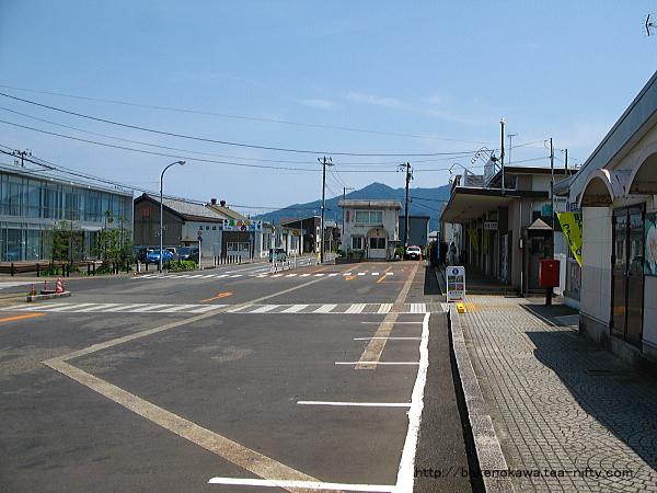 中央連絡橋側から見た五泉駅の駅前広場