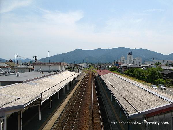 跨線橋上から五泉駅構内の猿和田駅方を望む