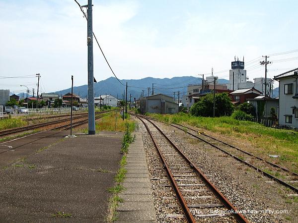 島式ホームの3番線側端から猿和田駅方を見る