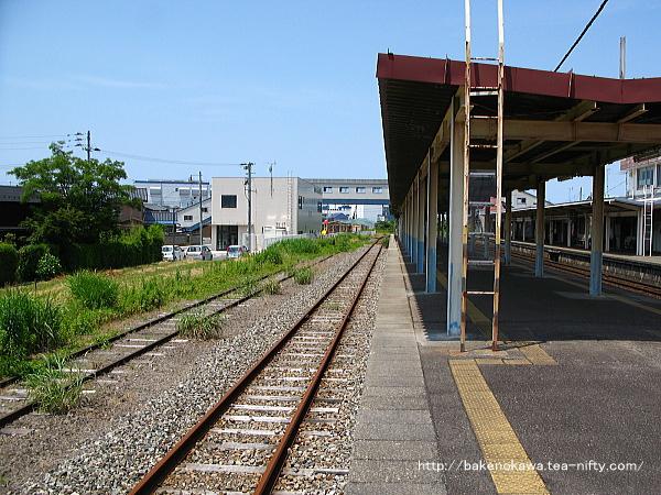 島式ホーム3番線の上屋直前から北五泉駅方を見る