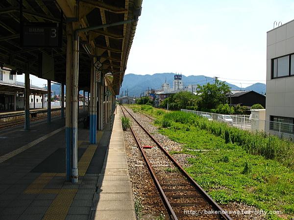 島式ホーム3番の中ほどから猿和田駅方を見る