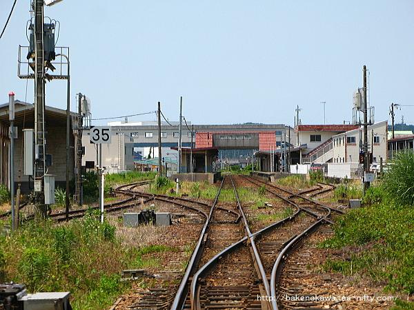 猿和田駅方の踏切から見た五泉駅構内の様子