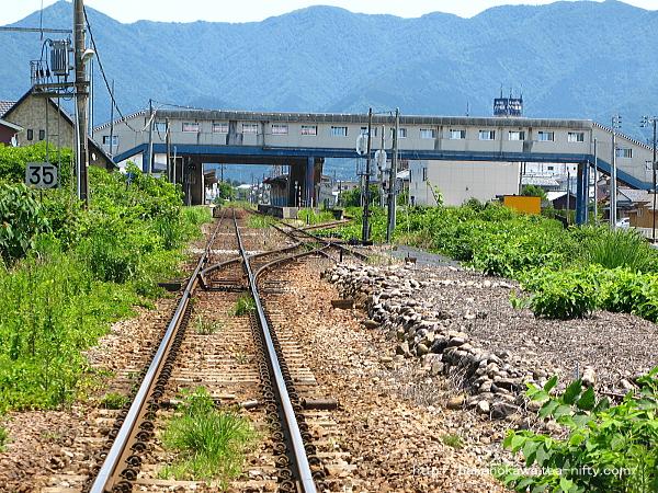 北五泉駅方の踏切から見た五泉駅構内