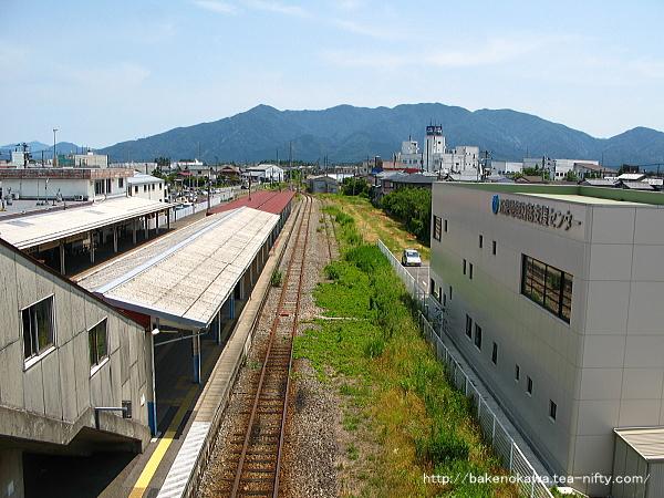 中央連絡橋上から五泉駅構内の猿和田駅方を見る