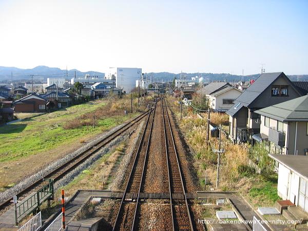 駅南側が再整備される以前の五泉駅構内外れの様子