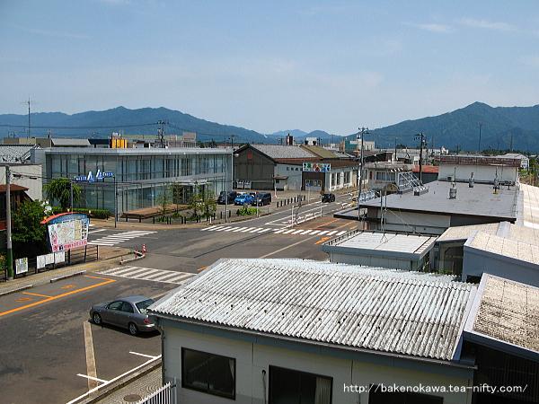 中央連絡橋の階段上から俯瞰で見た五泉駅前通りの様子