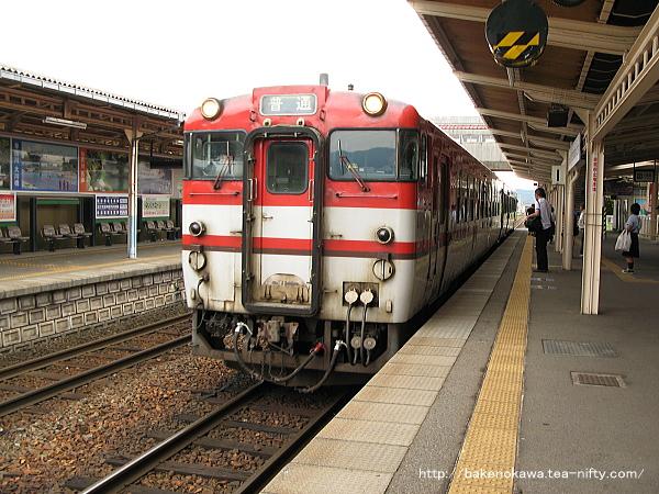 五泉駅1番線に到着したキハ40系気動車会津若松行