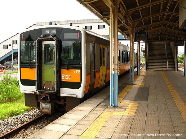 五泉駅3番線で客待ち顔のキハE120
