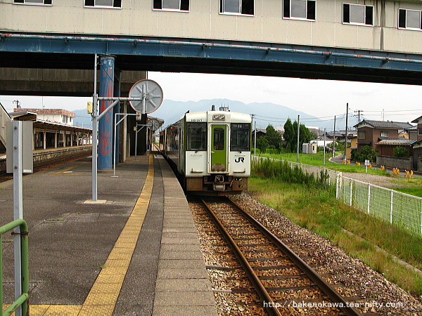 3番線に停車中の当駅折り返しキハ110を北五泉駅方から見る