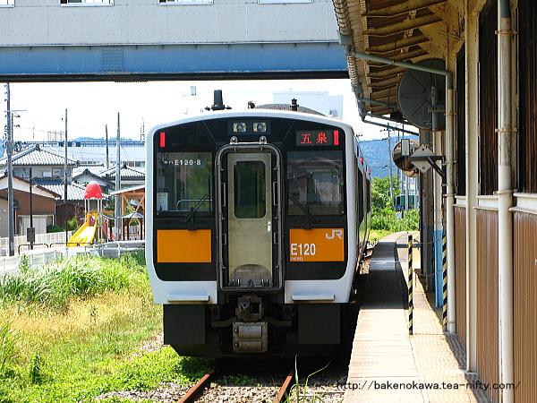 五泉駅3番線に到着したキハE120