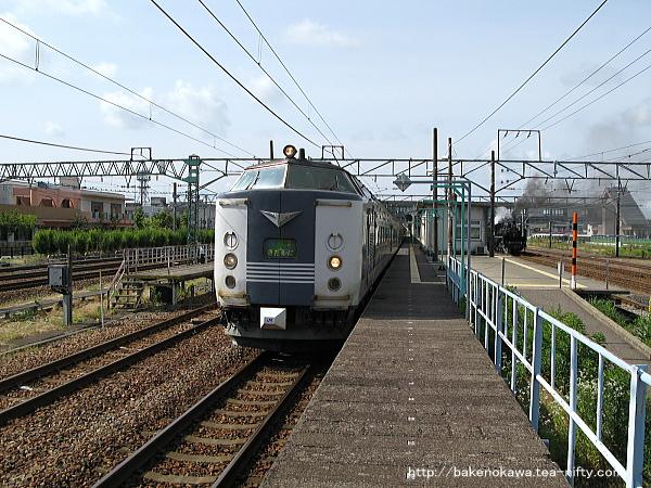 新津駅から発車する583系電車急行「きたぐに」