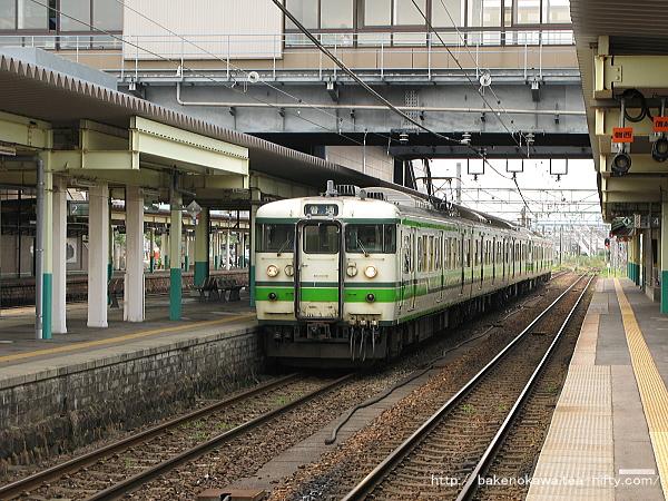 新津駅で特急「北越」退避中の115系電車