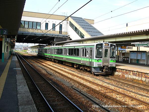 新津駅で折り返し待機中のE127系電車