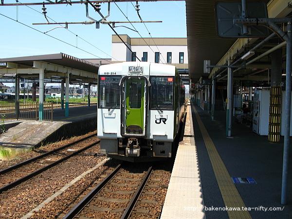 新津駅で待機中のキハ110系気動車