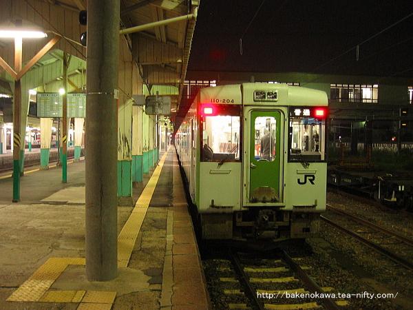 新津駅に停車中のキハ110系気動車