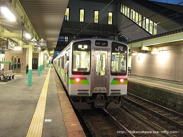 新津駅から出発するE127系電車