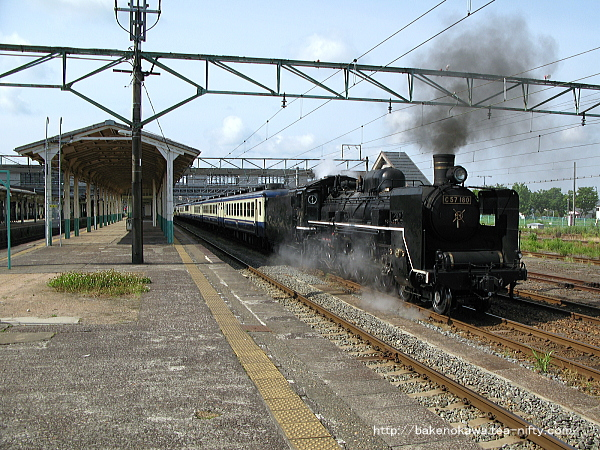新津駅を出発する「SLばんえつ物語」編成の回送列車