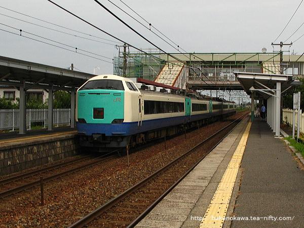 荻川駅を通過する485系電車特急「北越」