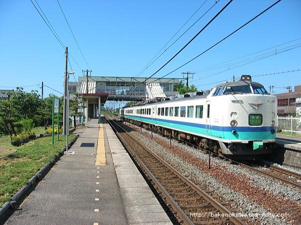 荻川駅を通過する485系電車快速「くびき野」