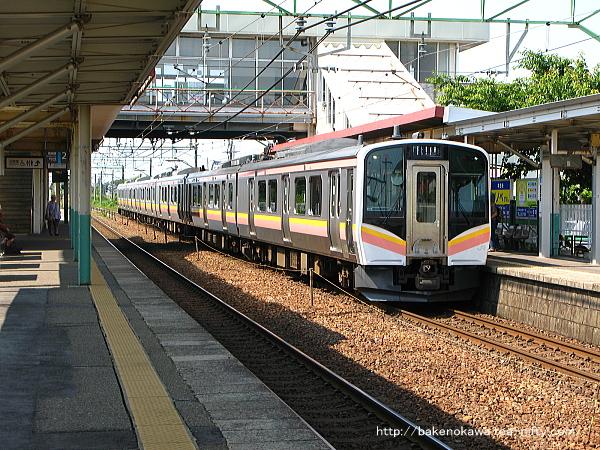 荻川駅に到着するE129系電車