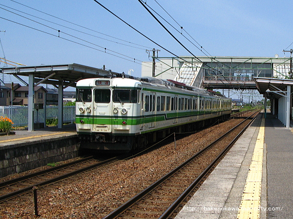 荻川駅を通過する115系電車快速