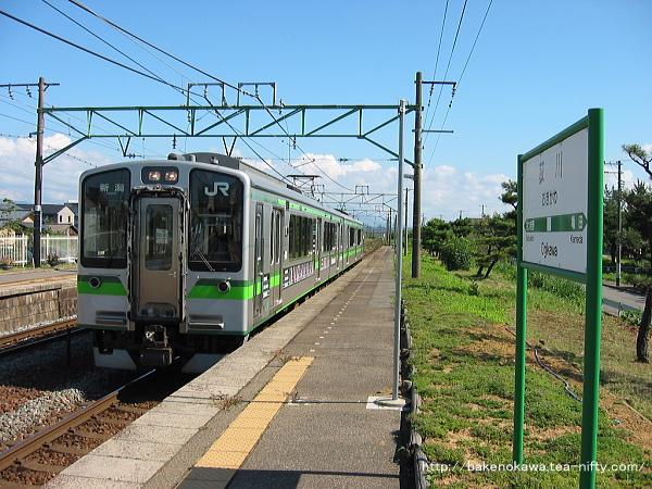 荻川駅に進入するE127系電車