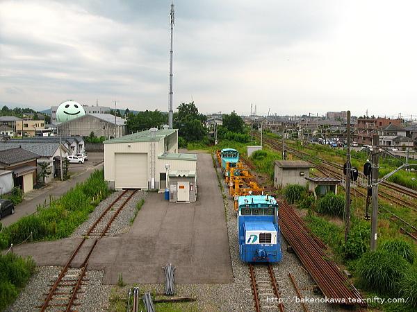 陸橋上から見た駅反対側のモーターカーの車庫