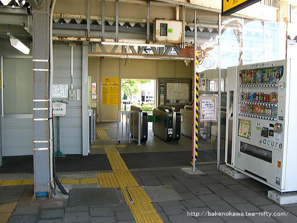 構内側から見た仮駅舎の改札口廻り