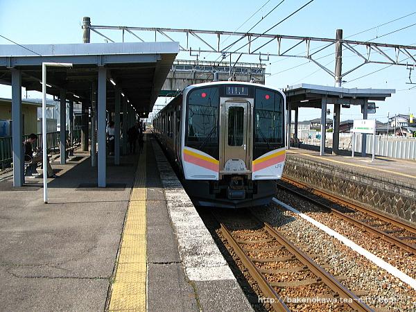 中条駅に到着したE129系電車その1