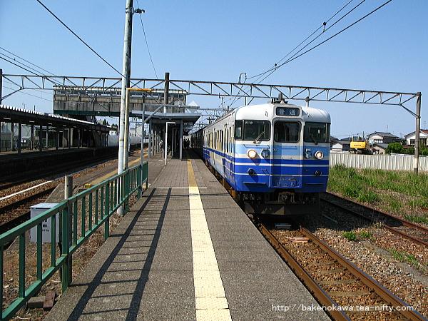 中条駅を発車する115系電車