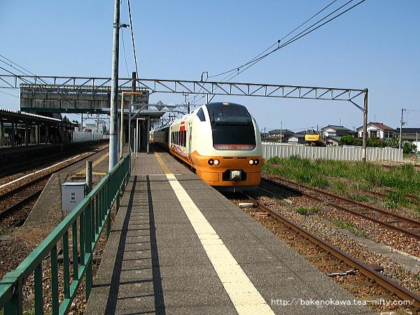 中条駅に停車中のE653系電車特急「いなほ」