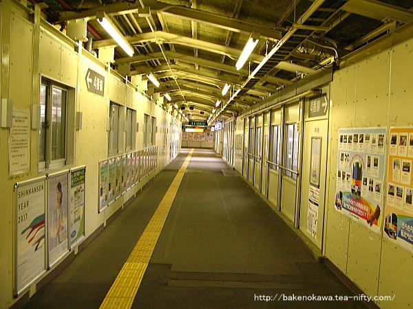 駅西口と連絡する構内跨線橋内部