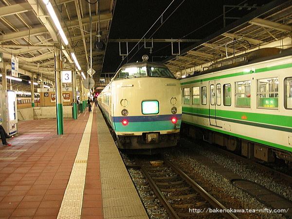 新潟駅で折り返し待機中の485系電車快速「くびき野」