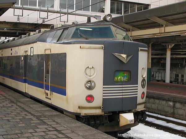 新潟駅に到着した583系電車急行「きたぐに」