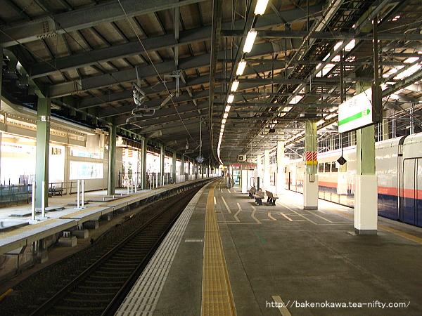 工事中の新幹線及び在来線高架島式ホーム