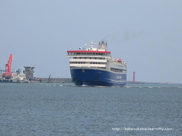 新潟港に到着する佐渡汽船の「ときわ丸」