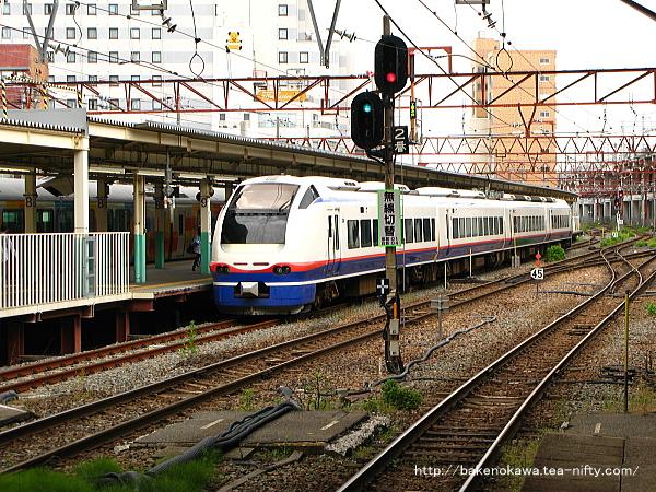 新潟駅で待機中のE653系電車特急「しらゆき」