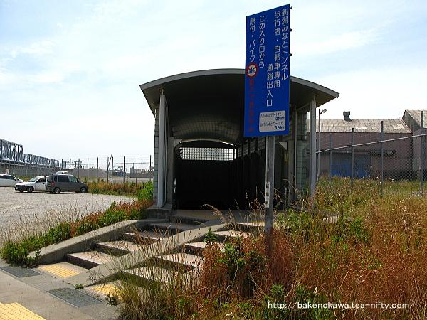 「新潟みなとトンネル」の歩行者自転車専用通路の出入り口