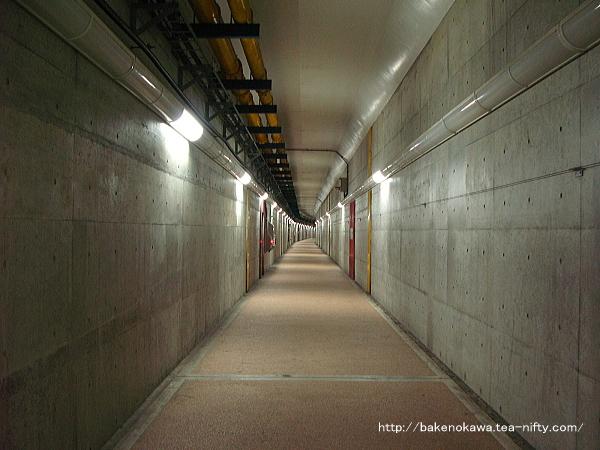 「新潟みなとトンネル」の歩行者自転車用通路内部