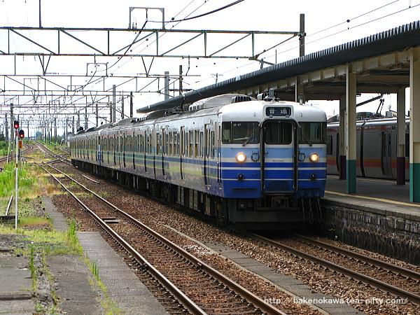 東三条駅に進入する115系電車
